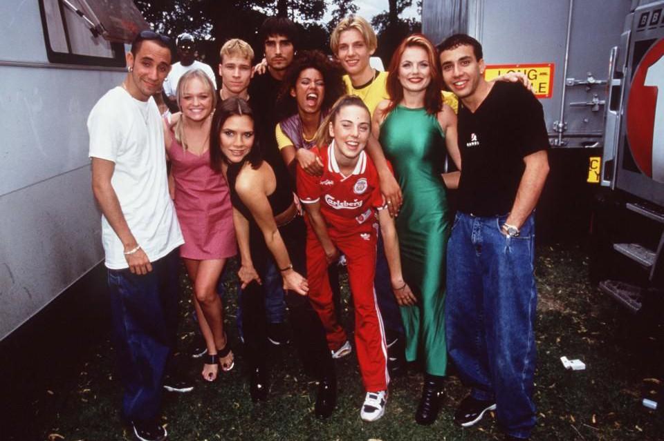 Girl power: Backstreet Boys переоделись в Spice Girls на своем концерте