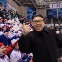Видео дня: двойник Ким Чен Ына встретился с чирлидершами из КНДР