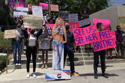 #FreeBritney: фанаты Бритни протестуют под судом