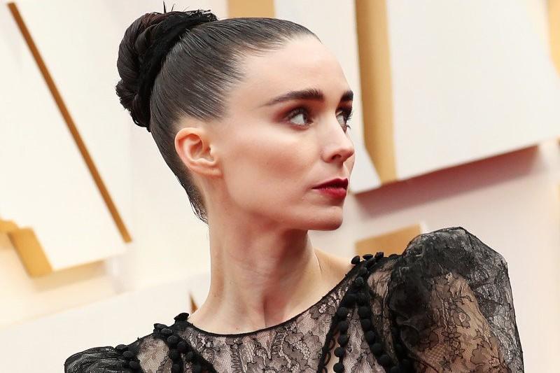 Back In Black: современная стилизация маленького черного платья от Руни Мара