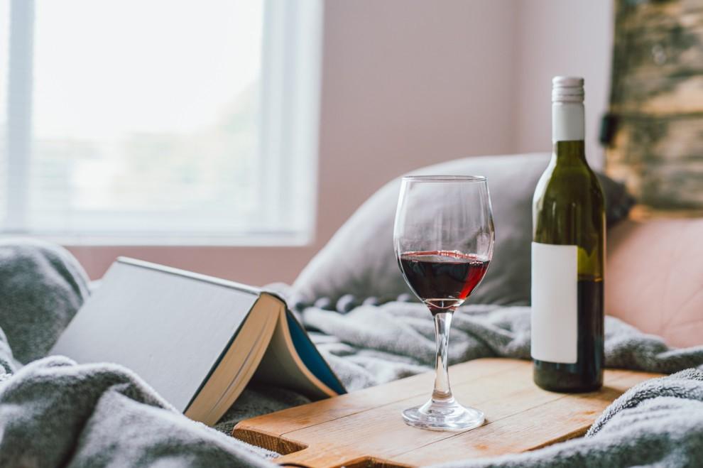 Самоизоляция и закрытие баров повлияли на то, что люди не стали пить больше алкоголя