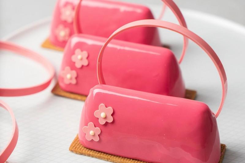 Как легко и просто подготовить необычный десерт в виде дамской сумочки