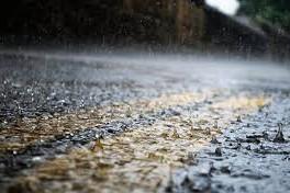 Добраться вплавь: в столице из-за ливня затопило дорогу возле метро  «Черниговская»