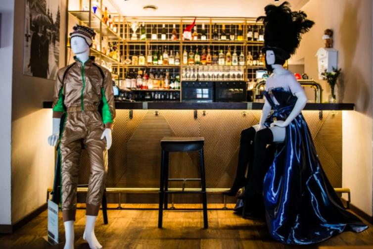 Дизайнеры и рестораторы показали, как манекены в кафе помогают соблюдать дистанцию
