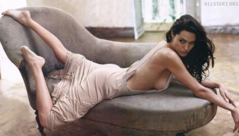 Анджелина Джоли развлекает дочку iPad