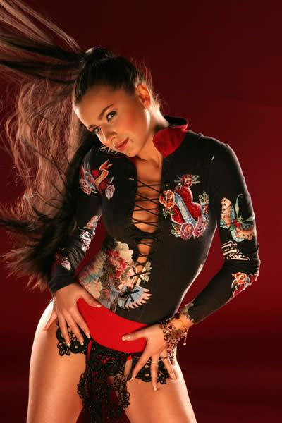 Ани Лорак удивила ярким нарядом на концерте в Москве
