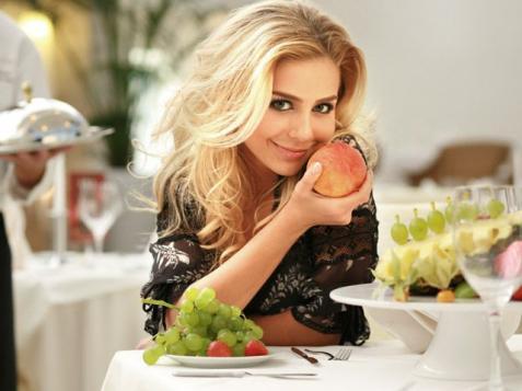 Тина Кароль встретила журналистов у себя на кухне