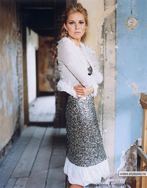 Сиенна Миллер продемонстрировала одежду своей марки