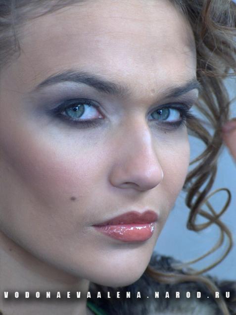 Алена Водонаева реализовала свою страсть к странным головным уборам. Фото